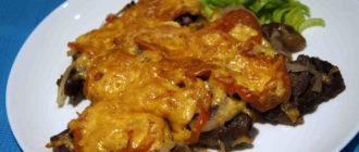 свинина запеченная в фольге с сыром и помидорами