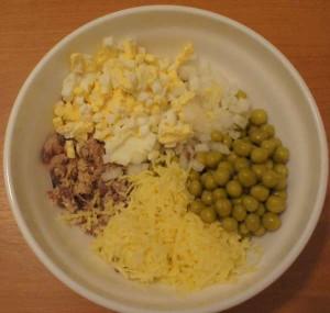 горошек, рыба, сыр, яйца